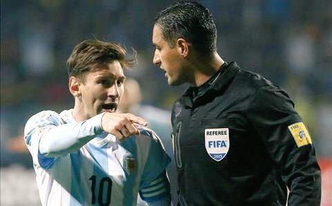 هكذا صدم حكم المباراة ميسي عندما شكى من خشونة الكولومبيين!