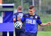 """Italy's midfielder Marco Verratti plays with the ball during a training session at """"Portobello Resort"""" on June 7, 2014 in Mangaratiba, a few days prior to the start of the 2014 FIFA World Cup in Brazil.     AFP PHOTO / GIUSEPPE CACACE"""