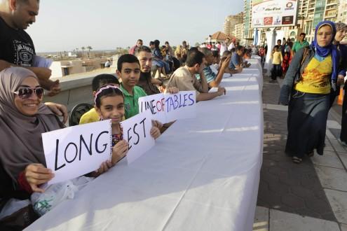 """بالصور.. مصر تدخل """"غينيس"""" بأطول مائدة طعام في العالم!!"""