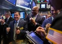 متعاملون في بورصة الاوراق المالية في نيويورك يوم الثلاثاء. تصوير: لوكاس جاكسون - رويترز.