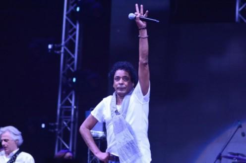 """بالصور-  محمد منير يخلع حذائه ويسير """"حافياً """" على المسرح"""
