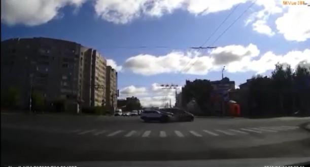 بالفيديو – تجاهل إشارة المرور فوقع الحادث