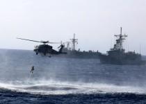 """اختتمت المرحلة الثالثة من مناورات الحوت الأزرق 2014 البحرية؛ التي تستضيفها تركيا بنجاح؛ بعد تطبيق سيناريو عملية إنقاذ؛ لضحايا حادث بحري في شرقي البحر المتوسط. وبموجب السيناريو سقط 3 أشخاص من سفينة تجارية في البحر، فتوجهت إلى موقع الحادث فرقاطة """"غوكسو"""" التركية إضافة إلى مروحية، حيث قام سباحون منقذون من العناصر العسكرية بإنقاذ الأشخاص الثلاثة، الذين استعيض عنهم بتماثيل توضيحية. (Levent Kişi - Anadolu Ajansı)"""