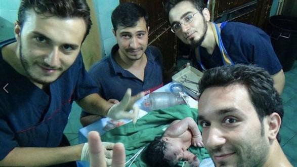 بالصور – أطباء أنقذو طفلة من الموت في بطن أمها