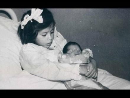"""بالصور: تعرّف على """"لينا ميدينا"""" أصغر أم في التاريخ"""