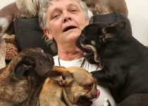 امرأة-تعيش-مع-41-كلباً-وتفضّلها-على-ابنتها-2