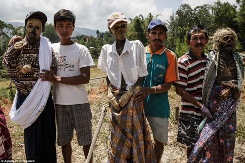 بالصور – في أندونيسيا.. الموتى يعودون إلى القرية مرة كل ثلاثة أعوام