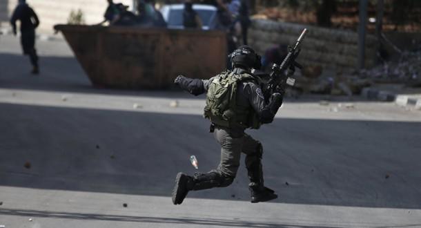 إصابة جنديَيْن إسرائيليَيْن بعملية طعن في الخليل