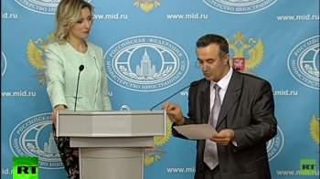 صحفي يقطع حديث زاخاروفا ليلقي لها شعراً