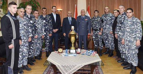 فريق الألعاب القتالية في قوى الأمن زار بصبوص وأهداه الجوائز التي حاز عليها
