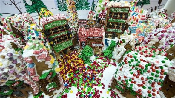 أمريكي يبني قرية من كعك الزنجبيل وزنها 1.5 طنًا