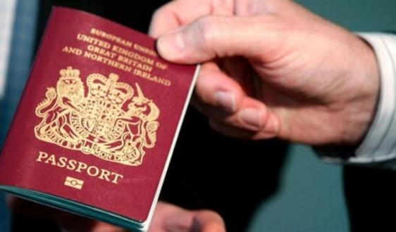 استخدمت جواز سفرها كورق تواليت فنالت عقوبة قلبت حياتها