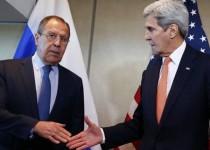 وزير الخارجية الروسي سيرجي لافروف (إلى اليسار) مع نظيره الأمريكي جون كيري (إلى اليمين) في ميونيخ يوم الخميس. تصوير: مايكل دالدر - رويترز