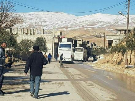 مراسل ملحق: وصول حافلات إلى حاجز دير قانون استعداداً لنقل المقاتلين من وادي بردى