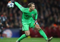 LONDON, ENGLAND - MARCH 07:  Manuel Neuer of  FC Bayern Muenchen in action during the UEFA Champions League Round of 16 second leg match between Arsenal FC and FC Bayern Muenchen at Emirates Stadium on March 7, 2017 in London, United Kingdom.  (Photo by Clive Mason/Getty Images)