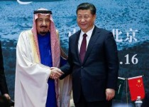 العاهل السعودي والرئيس الصيني يتصافحان قبيل مباحثات في بكين يوم 16 مارس اذار - صورة لرويترز من ممثل عن وكالات الانباء