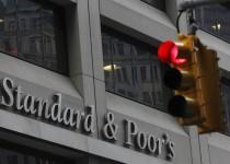 شعار ستاندرد اند بورز على مقرها في نيويورك - صورة من أرشيف رويترز.