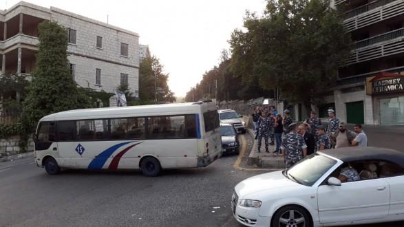 3e213185e إتحادات قطاعات النقل البري يبدأ إضرابه بقطع عدد من الطرقات | Mulhak ...