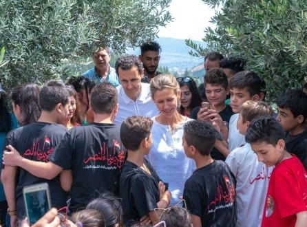 مراسل ملحق: الأسد يجول على أسر الشهداء والجرحى بريف حماه