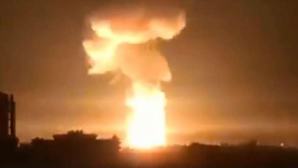 بالفيديو: سماء اللاذقية تشتعل.. صواريخ من مصدر مجهول تنهمر على المدينة