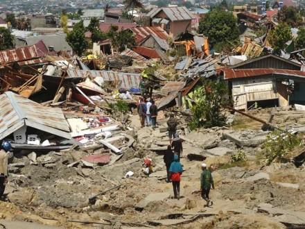 630277971c745 إرتفاع عدد ضحايا زلزال سولاويسي إلى 1944 قتيلا