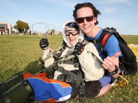 بالفيديو ـ مسنّة تقفز بالمظلة من علو 4000 متر!
