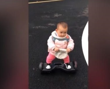 """بالفيديو.. إبنة الـ 14 تبهر الجميع بمهارتها في قيادة الـ """"سكوتر"""" !"""