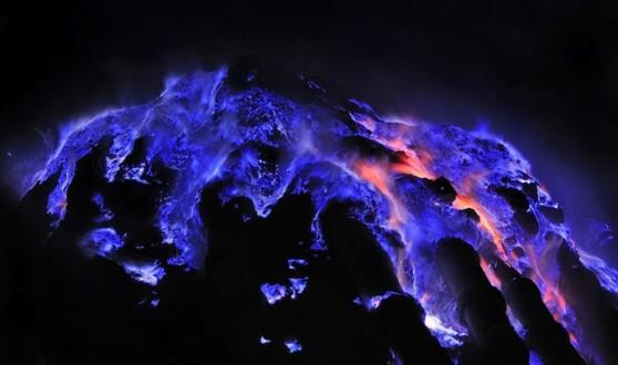 بركان ينفث حمما زرقاء
