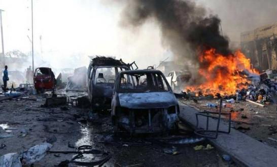 تفجير مزدوج بسيارات ملغومة أمام مصرف في مقديشيو