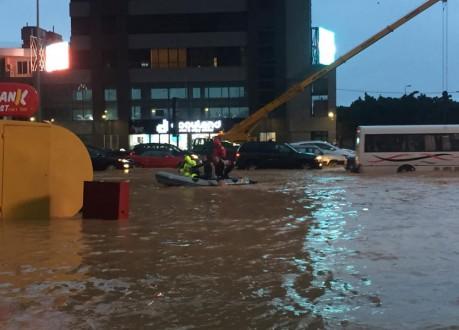 bf11b7f47e2c6 زورق للمساعدة في شوارع لبنان بعد فيضان المياه بسبب نورما!