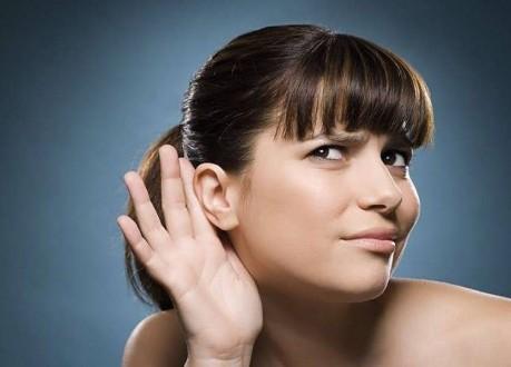 إمرأة لا يمكنها سماع صوت الرجال!