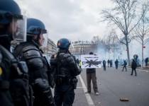 Paris, France le 2 Fevrier 2019 : Manifestation de Gilets Jaunes entre la place Felix EbouŽ et la place de la RŽpublique ˆ Paris. Le cortge rend hommage aux victimes des violences policires. Des affrontements avec les forces de l'ordre ont lieu sur la place de la RŽpublique, sur l'image des gendarmes mobiles.
