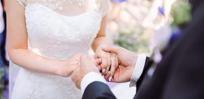 مقابل 10 آلاف دولار.. عروس تتخلّى عن زوجها!