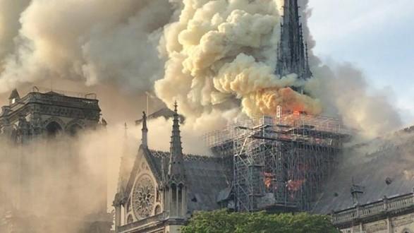 حريق كبير يلتهم كاتدرائية نوتردام العريقة في باريس