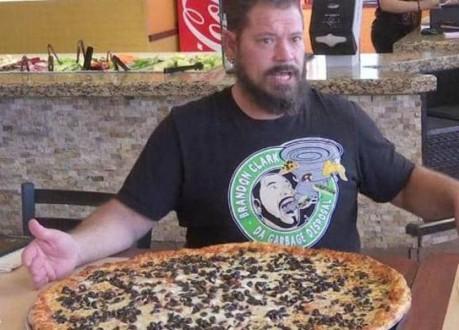 إلتهم هذه البيتزا واحصل فوراً على 500 دولار!