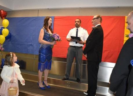 تزوجا في المطار والسبب غريب