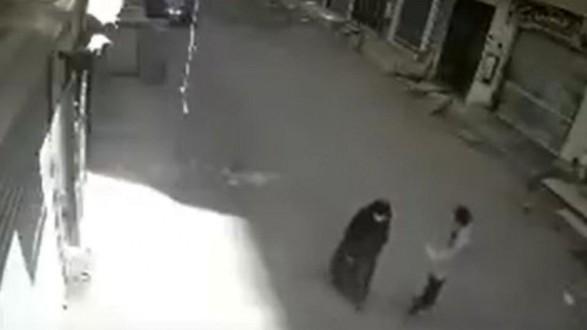 شاب يقتل أمّه طعناً في الشارع!