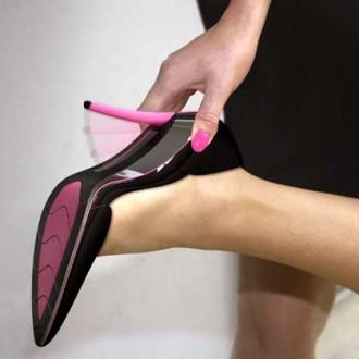 شابة تطعن مراهقا بكعب حذائها وتكاد تقتله !