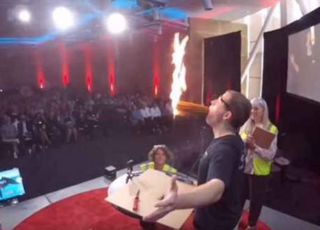 رجل يشعل 100 شمعة داخل فمه!