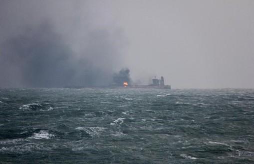 إنقاذ 44 بحارا من ناقلتي النفط في بحر عمان