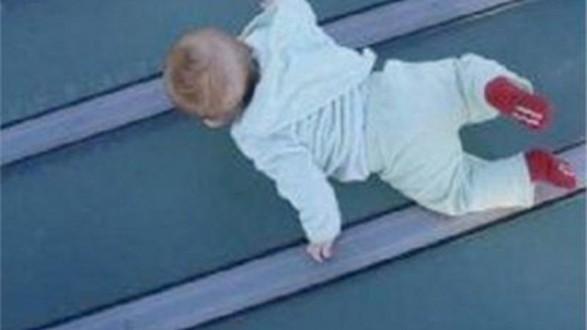 رمى بطفل من الشرفة لاستلطاف نساء !