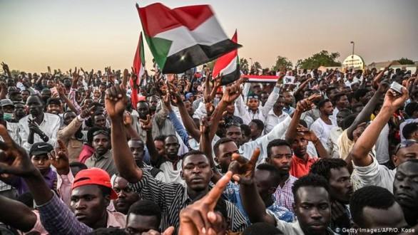 """المجلس العسكري في السودان يدعو المحتجين لمفاوضات """"دون شروط"""""""
