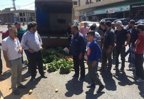 مزارعون يقطعون طريق بعلبك احتجاجاً