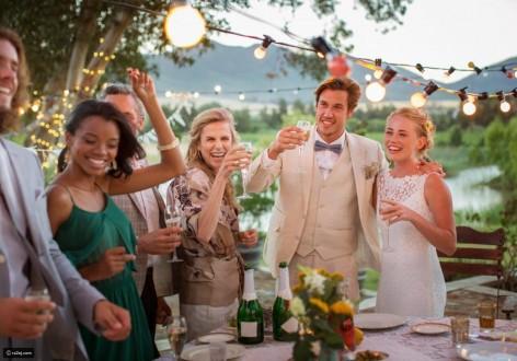 دعوة زفاف تطلب من الضيوف تناول الطعام قبل الحضور