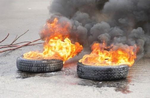 """العسكريون المتقاعدون أشعلوا الإطارات أمام مقر """"الكتائب"""" في الصيفي"""