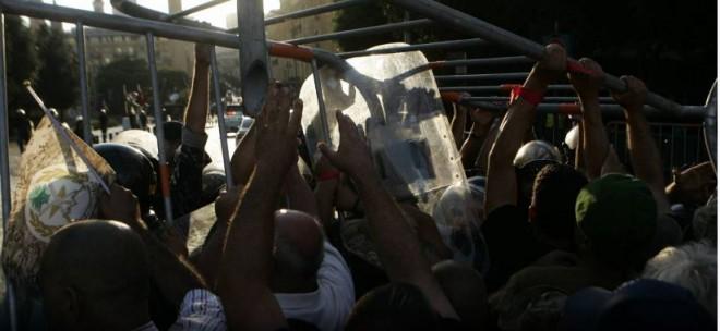 تدافع وحالات إغماء… العسكريون المتقاعدون حاولوا الدخول إلى ساحة مجلس النواب