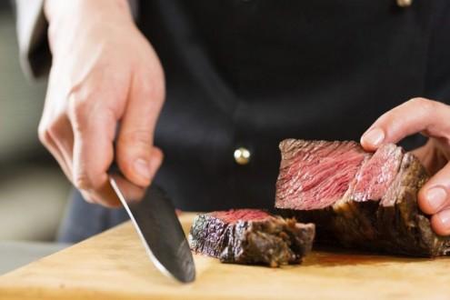 لخلاف على البصل… رئيس طهاة يقطع نادلا بسكين اللحم!