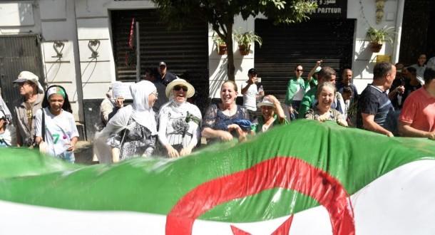 خروج آلاف المتظاهرين في شوارع العاصمة الجزائرية