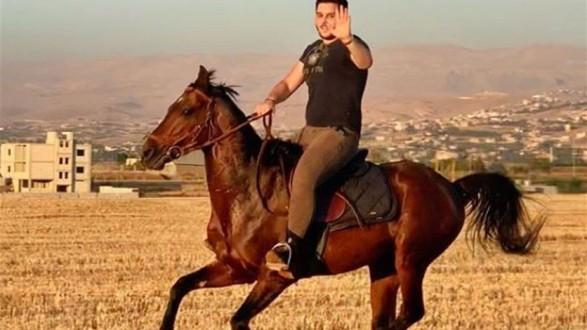 الوليد الحلاني يستعرض مهاراته في ركوب الخيل: لا يمكن إيقافي