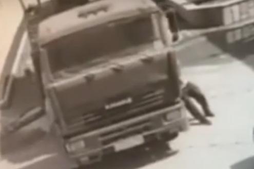 بالفيديو- رجل يوقف شاحنة بيديه لمنع اصطدامها بسيارة بورش
